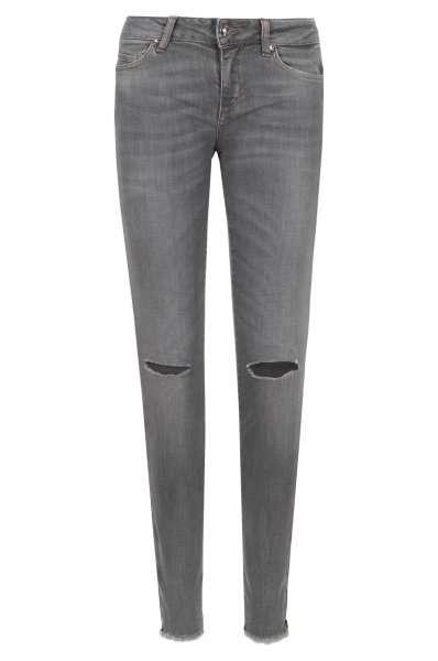 Femminile e chic, il jeans firmato Liu Jo. Il taglio alla caviglia, è impreziosito dalle frange sul fondo, e le usure al ginocchio, dettagli glamour, per un capo alla moda e moderno.