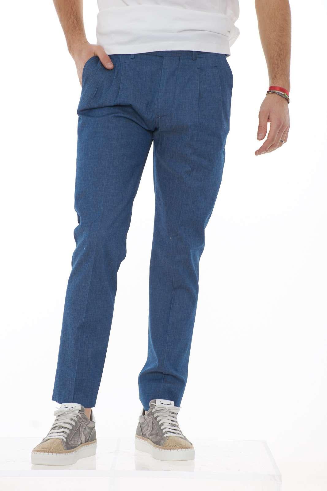 Eleganti e chic i nuovi pantaloni uomo firmati dalla collezione primavera estate Entre Amis. Il lavaggio dall'effetto jeans riscopre un look raffinato e corredato da tasche a filo e pinces. da abbinare con camicie per le occasioni più formali.  Il modello è alto 1.80 e indossa la taglia 32