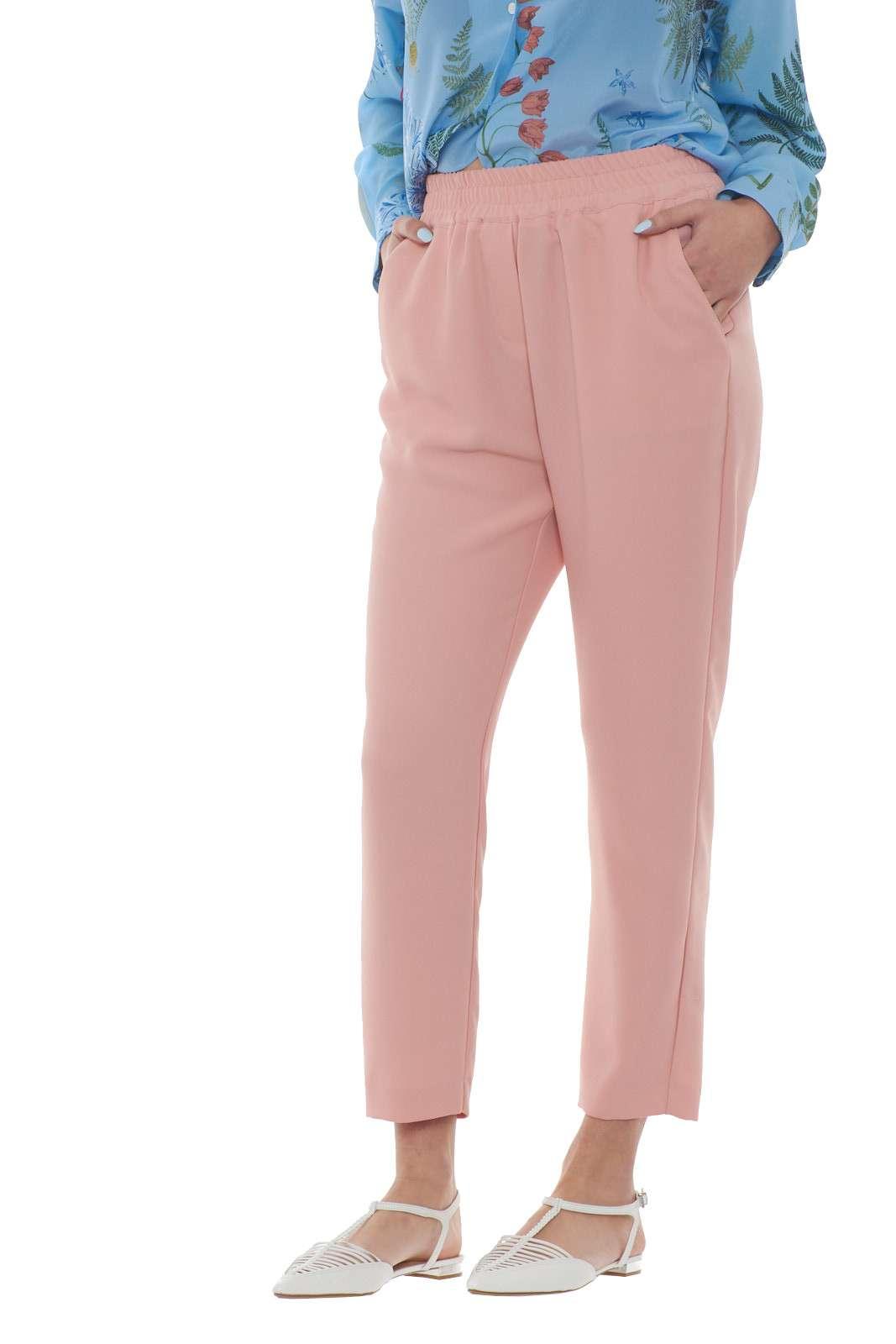 Un pantalone dalla vestibilità morbida in un comodo tessuto in crepe quello proposto dalla collezione donna So Allure. Da abbinare ad ogni look si impone con il suo spirito sbarazzino. Indossalo con una sneakers o con un tacco alto per rendere speciale ogni look.