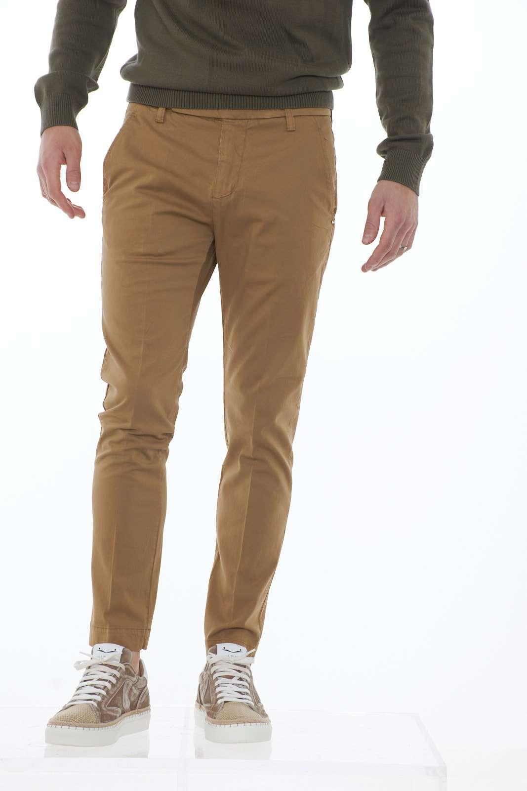 Un look casual chic per i nuovi pantaloni in misto seta e cotone firmati Entre Amis. Il taglio slim fit e le classiche tasche america rappresentano questo capo evergreen. Da abbinare con giacche fashion, si abbinano anche agli outfit più formali.  Il modello è alto 1.80 e indossa la taglia 32