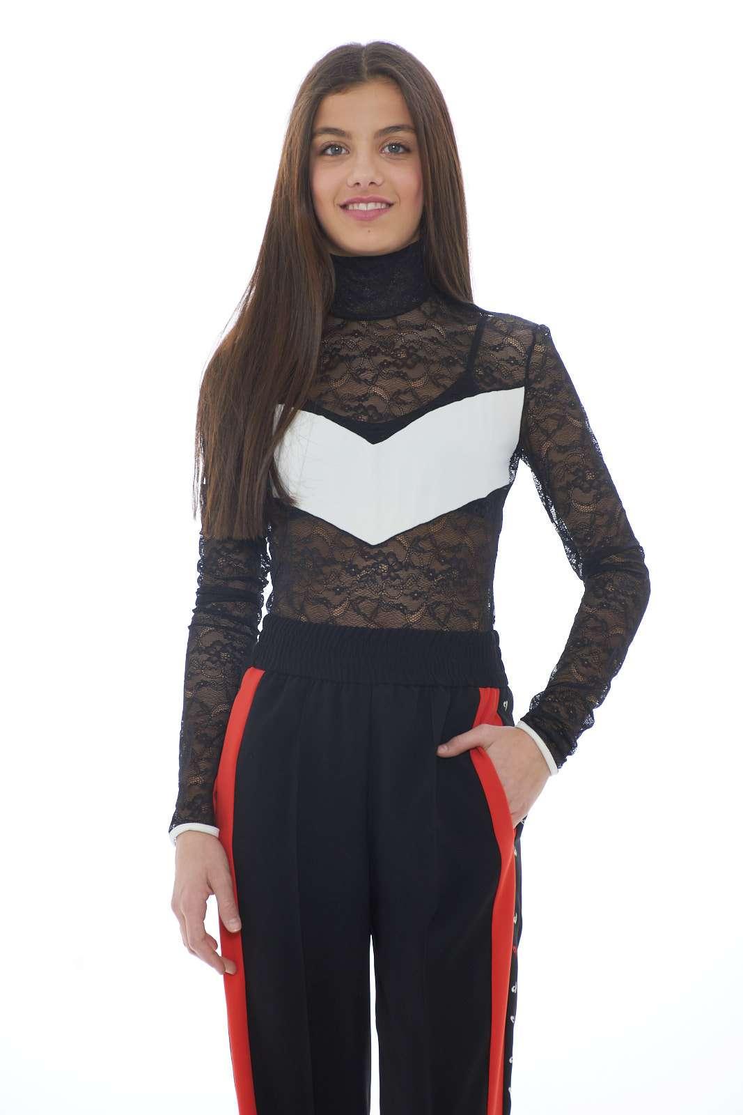 Una sinfonia di pizzo rebrodè e dettagli in tessuto tecnico il body donna firmato Pinko. L'effetto trasparenza lo rende perfetto sia da indossare come sottogiacca che da solo. Un capo da indossare in ogni occasione per un look impeccabile. La modella è alta 1.70 e indossa la taglia 38