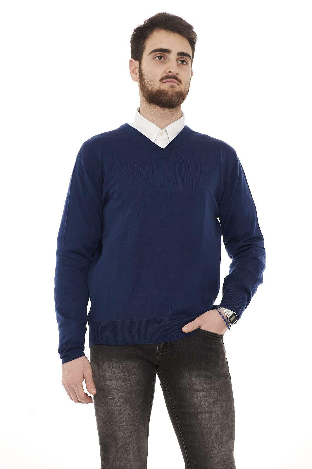 Maglia 100% lana vergine, sobria ed elegante, ideale da abbinare con una camicia grazie al suo scollo a V.