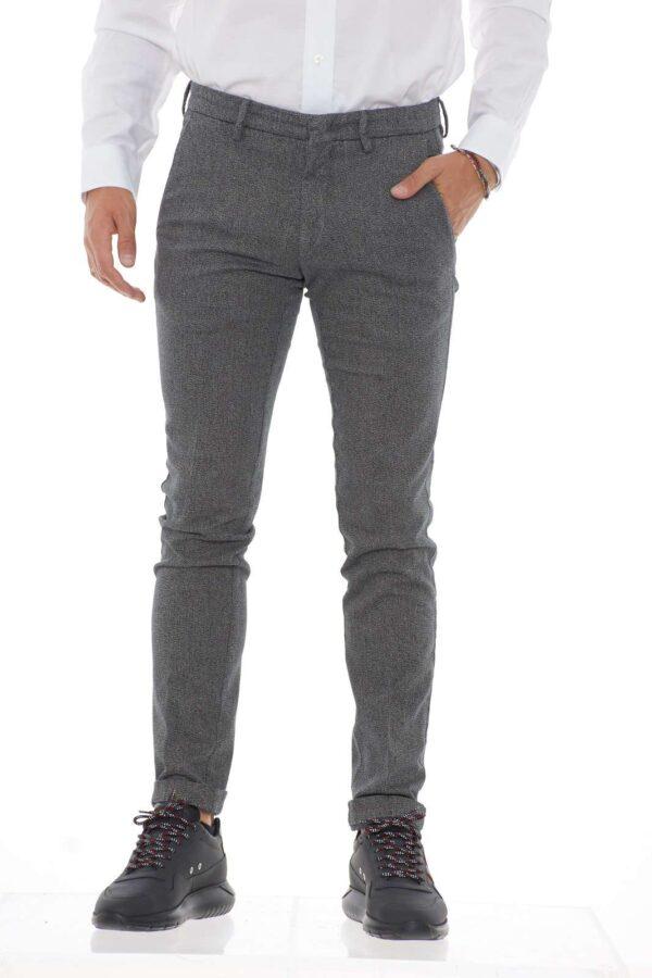 Per l'uomo che ama outfit eleganti, moderni, che non lasciano nulla al caso. La microfantasia che rende questo pantalone estremamente moderno, si unisce al taglio slim, che lo rende perfetto per tutte le occasioni.
