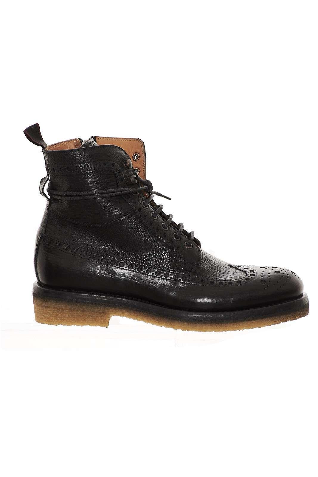 Boot in pelle effetto invecchiato, stringato e con cerniera laterale, lavorazione ad effetto traforato, tacco di circa 4cm, fondo in gomma.