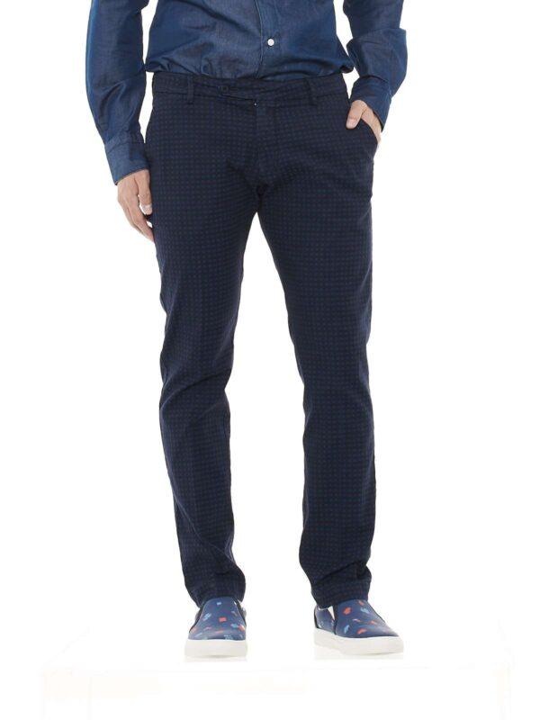 Pantalone taglio chino, tasche america anteriori, tasche posteriori con patta, vita regolare, allacciatura con cerniera, gancetto e bottone, microfantasia, slim fit.