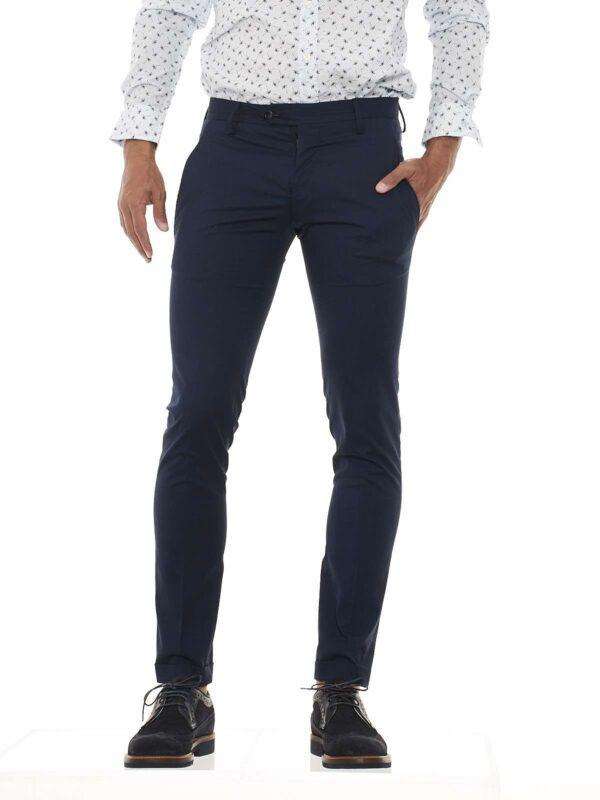 Pantalone taglio chino, allacciatura con zip e bottoni, tasche anteriori america e posteriori a filetto, lavorazione a microfantasia, risvolto sul fondo.