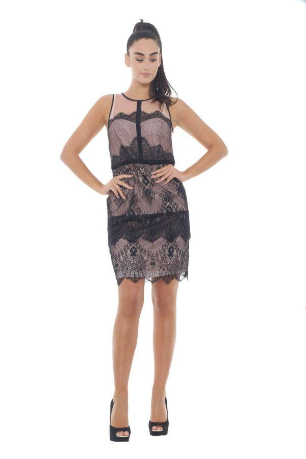 Un abito estremamente femminile quello firmato Liu jo, perfetto per outfit eleganti e raffinati. L'ideale da abbinare con un decolletè, per un look slanciato e alla moda. Gli inserti in pizzo, poi, sono il tocco che regala una marcia in più a qualunque capo.  La modella è alta 1.78m e indossa la taglia 42.