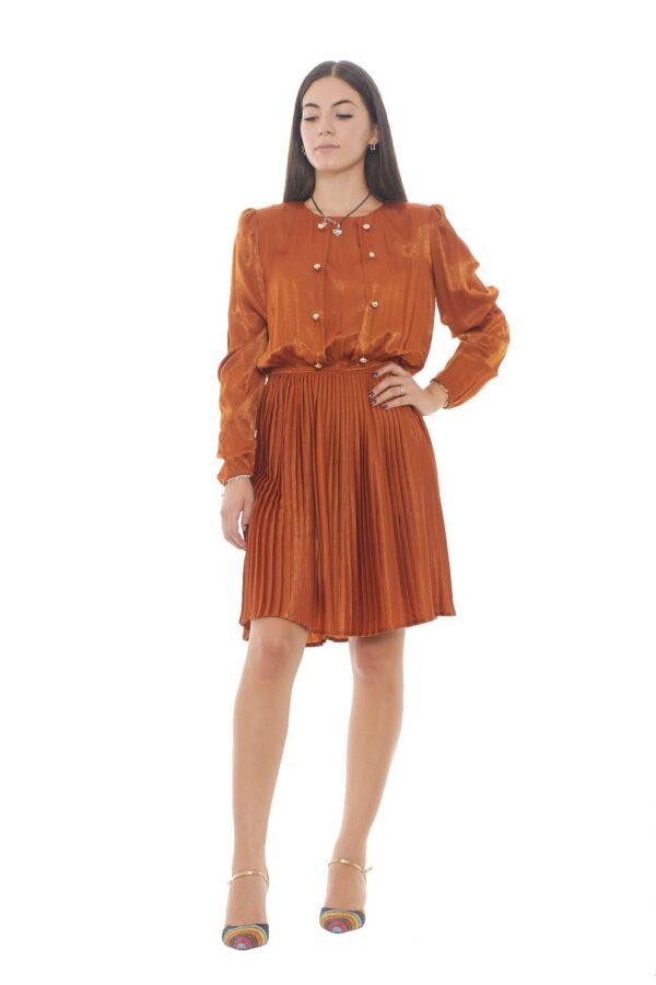 Un abito dal look retrò, quasi vintage firmato Silvian Heach. Il modello BUGARAR regalerà un tocco femminile e chic ad ogni outfit. Perfetto da abbinare a una decollétté per un'aspetto più slanciato. La modella è alta 1.78m e indossa la taglia S.