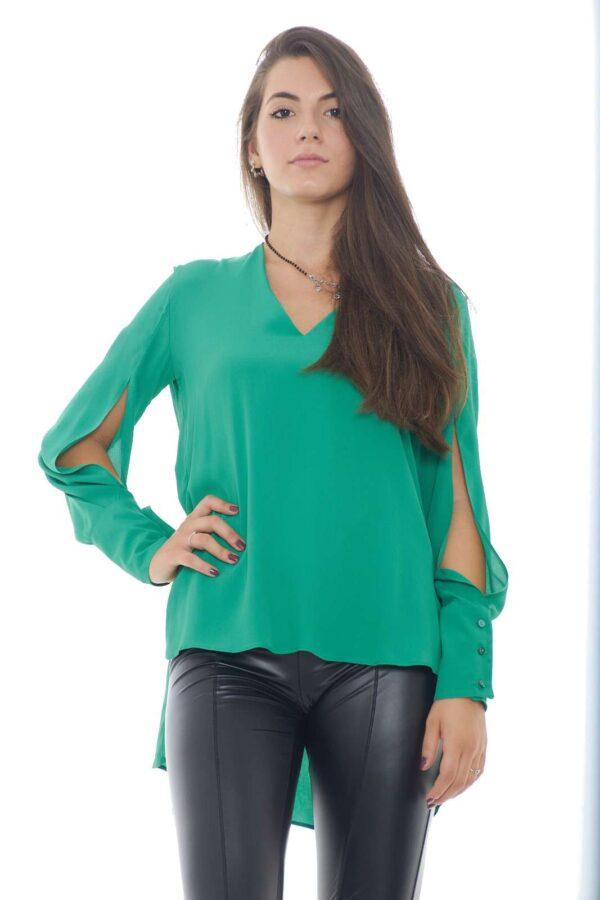 Una blusa glamour e leggera, dal look sbarazzino, perfetta per outfit versatili e veloci. La parte posteriore più lunga la rende più chic e alla moda, rendendo ogni abbinamento sfizioso. La modella è alta 1.78m e indossa la taglia XS.