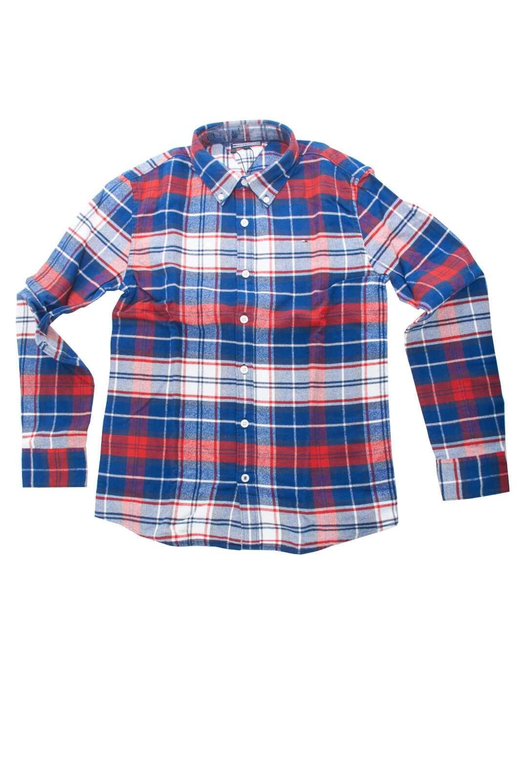 Calda e fashion la camicia in flanella proposta dalla collezione bambino Tommy Hilfiger. Un capo evergreen si impone con la sua fantasia check e il caratteristico collo botton down. Da abbinare con un jeans o con un pantalone, è un'icona.
