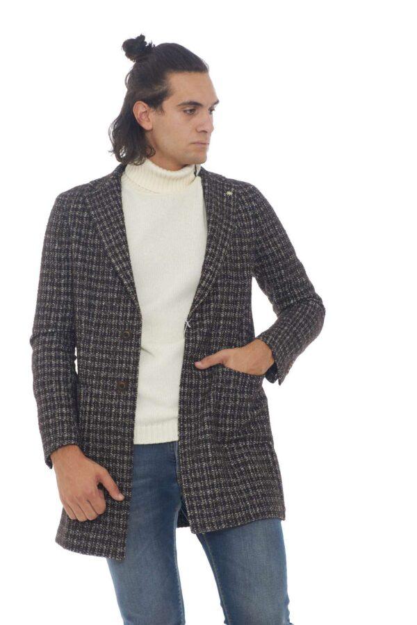 Classe, eleganza e raffinatezza, per questo cappotto firmato Manuel Ritz. Un capospalla perfetto per l'uomo che ama outfit esclusivi, sempre al passo con le tendenze del momento. Un tocco chic per il guardaroba maschile. Il modello è alto 1.90m e indossa la taglia 52.