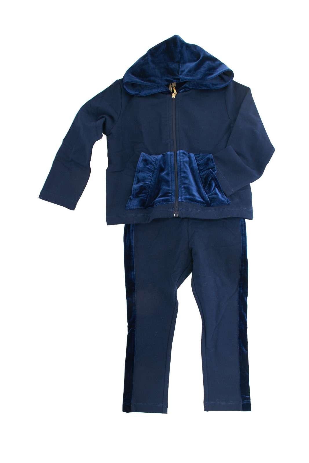 Un completo glamour e versatile quello proposto dalla collezione Liu Jo Bambina. I dettagli in velluto la rendono un capo fashion con tutta la comodità dell'abbigliamento sportivo. Un must have di stagione.