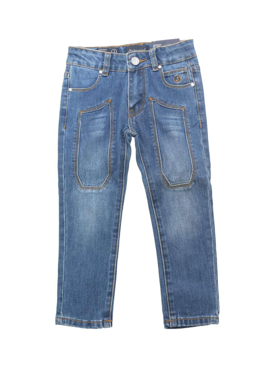 L'iconico jeans Jeckerson proposto per la moda bambino si impone con nuovi colori per look completamente nuovi. Caratterizzato dalle toppe in tessuto denim, si presenta con la comoda e versatile vestibilità slim, un evergreen.