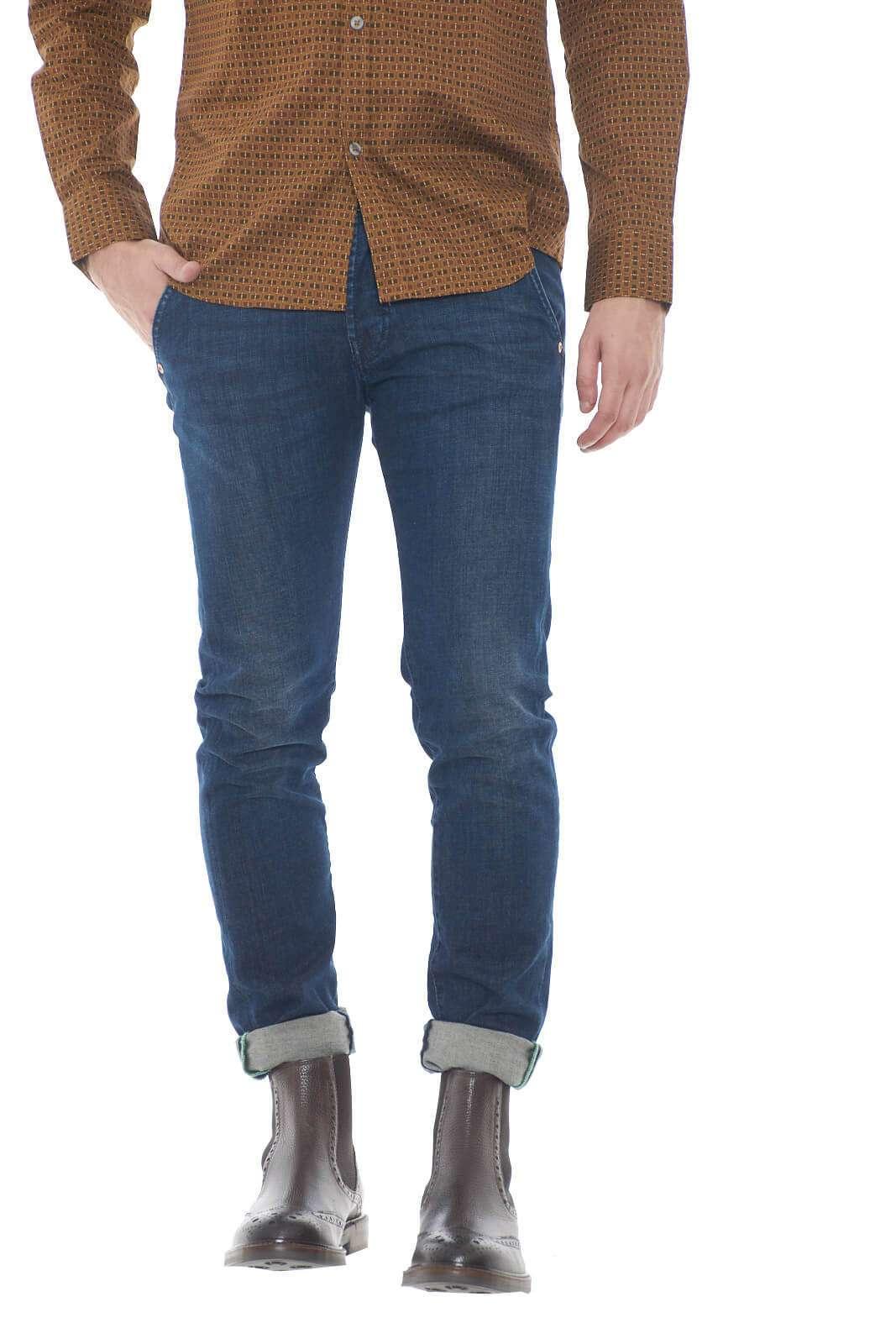 Un jeans dalle caratteristiche tasche america per il nuovo Elias proposto dalla collezione uomo Roy Roger's.  Il lavaggio scuro lo rende versatile e raffinato, rendendolo perfetto sia per gli outfit casual che più impegnati.