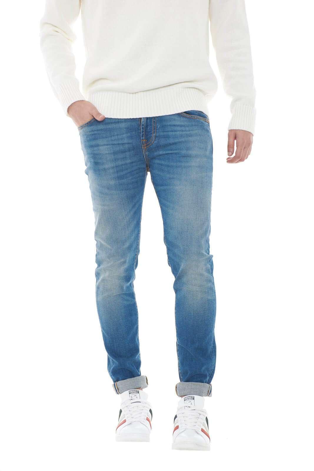Un jeans dal carattere quotidiano la proposta della collection uomo Roy Roger's. Il lavaggio medio lo rende versatile e perfetto da abbinare sia con una giacca che con un maglione. Un essential da abbinare con ogni outfit.