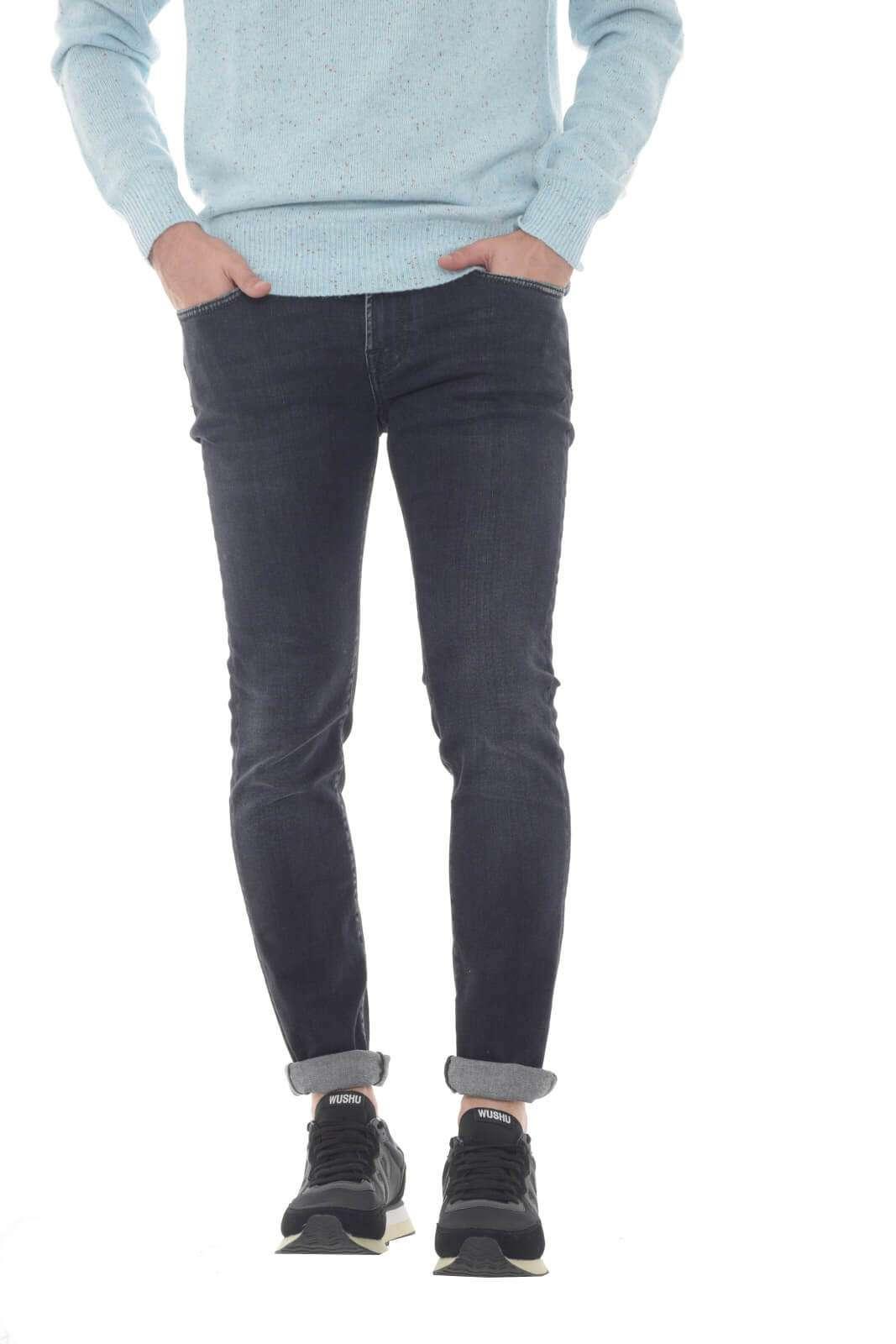 Scopri i nuovi jeans Roy Roger's Vince proposti per la collezione uomo. Il lavaggio scuro si impone su un modello skinny fit dall'effetto leggermente used. Da abbinare sia con una felpa che con una giacca, gioca la sua particolarità con la versatilità.