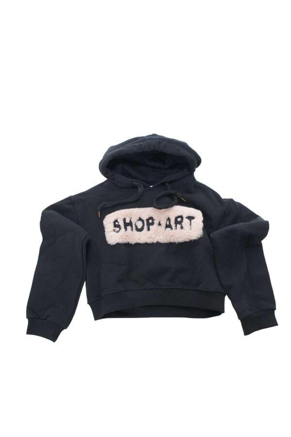 Comoda e femminile la felpa proposta per la collezione ragazza di Shop Art, il classico modello con cappuccio è Strutturato su un taglio crop e impreziosito dalla pelliccia sintetica. Un must have della moda per le più piccole.