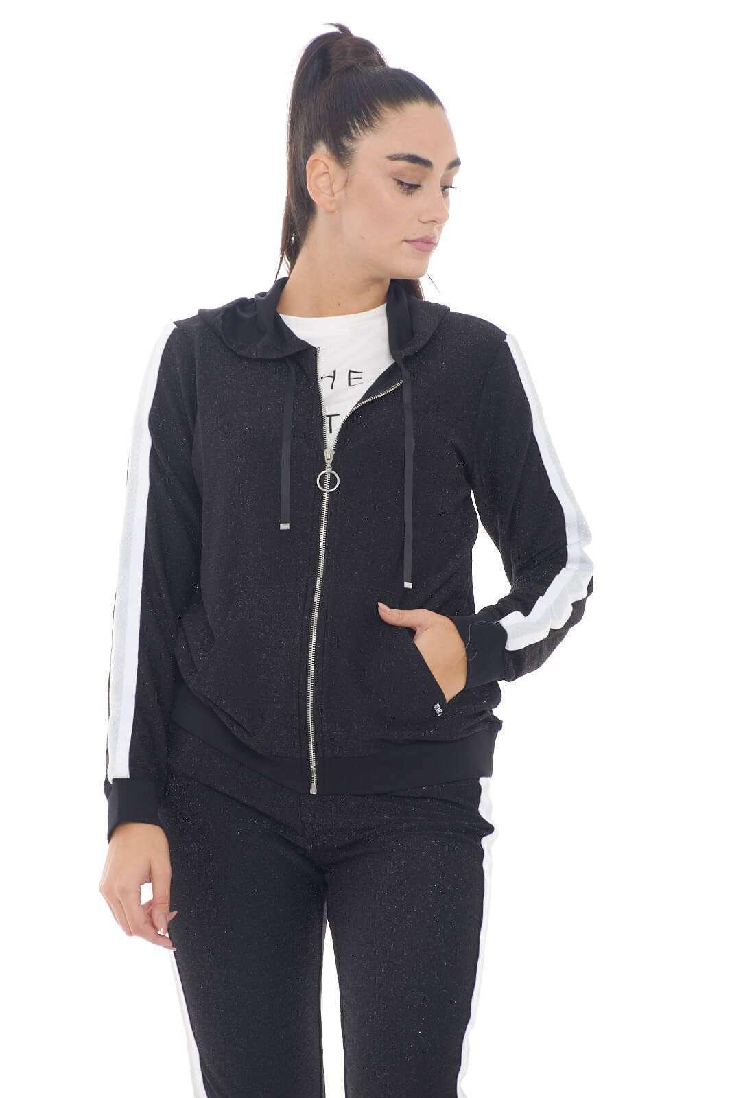 Una felpa comoda ed elegante quella proposta dalla collezione donna Liu Jo Sport. Il tessuto in lurex si impone su un capo minimal. Da abbinare con ogni look è perfetta sia con un pantalone da jogging che con un jeans.