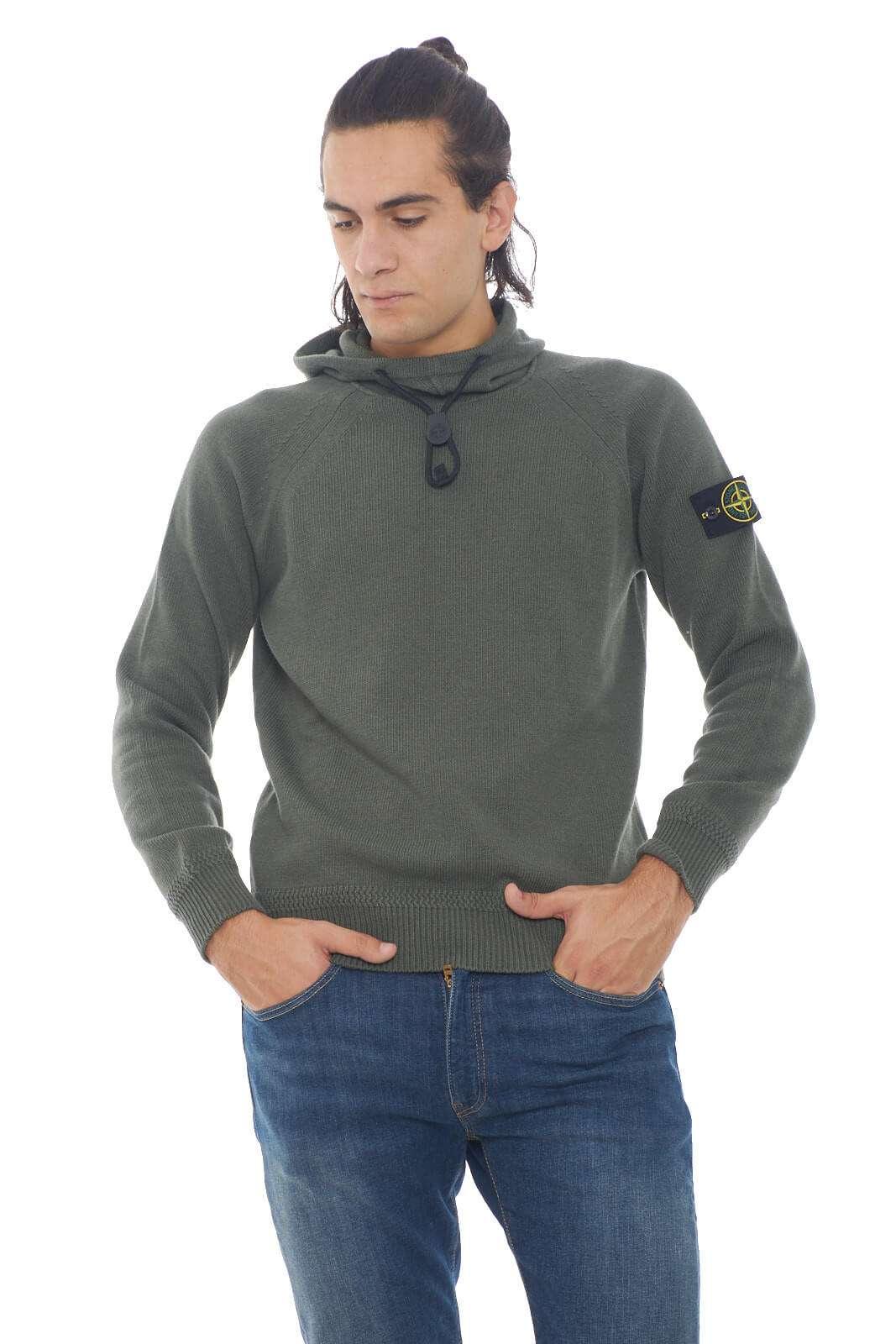 La nuova maglia Stone Island con cappuccio e collo alto conquista anche l'uomo più esigente. Il tessuto in misto lana dona confort anche nelle fredde giornate invernali. Da abbinare con jeans o con pantaloni di ogni stile è un capo passe partout.