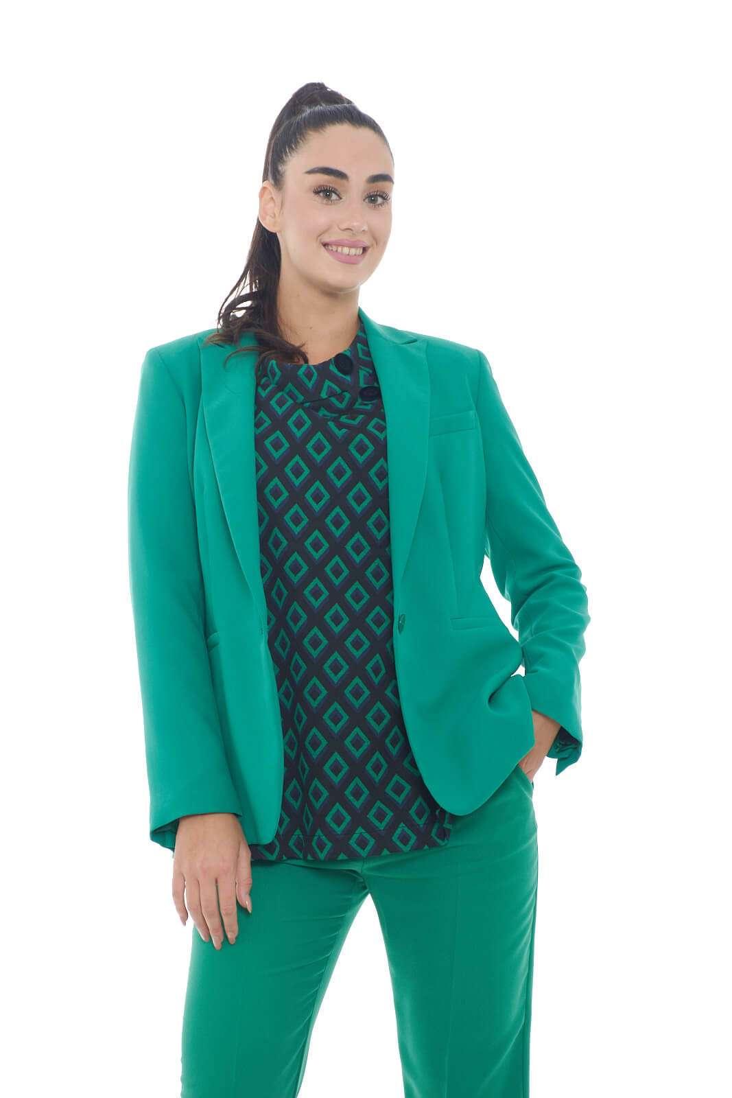 Una giacca elegante e trendy, perfetta per le occasioni più fashion, proposta da Mem JS per la stagione autunno inverno. Ideale da sfruttare per party, e serate fuori, ma anche per l'ufficio, e le evenienze più formali, per look sempre impeccabili.  La modella è alta 1.78m e indossa la taglia 42.