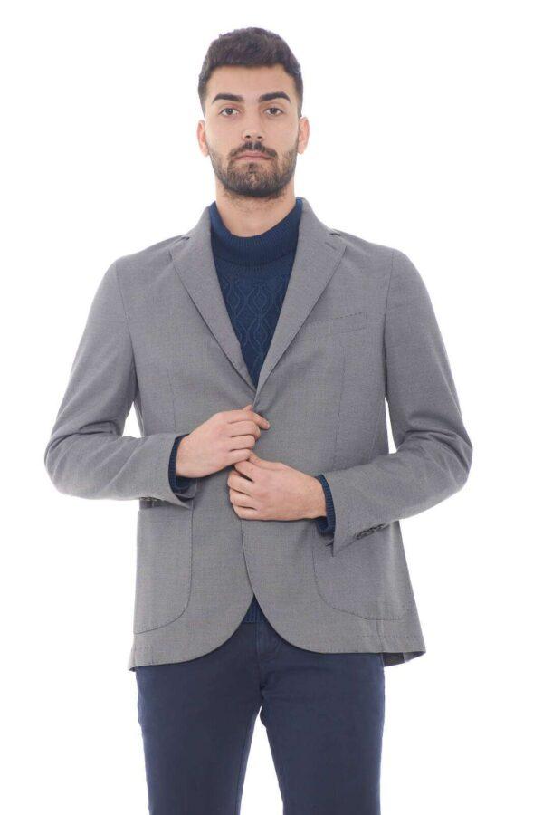 Elegante e chic questa giacca firmata Desica. Perfetta da indossare con una camicia, e pantalone, per outfit classici e formali.  Il modello è alto 1,80m e indossa la taglia 48.