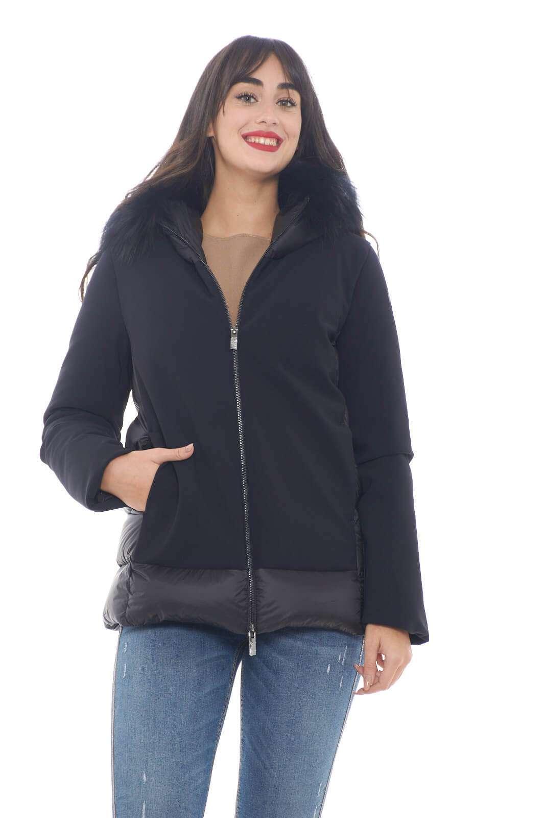 Un piumino da indossare con ogni look quello proposto dalla collezione donna RRD. Il modello Winter Hybrid Zar Lady Fur si caratterizza per il tessuto trapuntato e il classico tessuto tecnico del brand. Da indossare con ogni look, è sinonimo di eleganza confort.