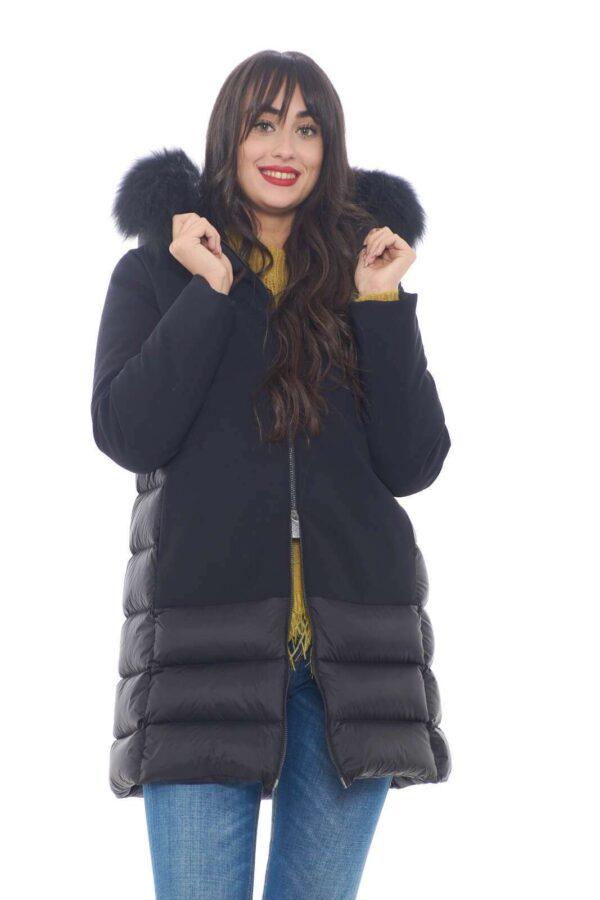 Scopri il nuovo parka Thermo Hybrid Parka Lady proposto per la collezione donna RRD. Caratterizzato dal doppio tessuto, si presenta come evergreen della fredda stagione. Il cappuccio con bordatura in pelliccia impreziosisce questo capo glamour e fashion.