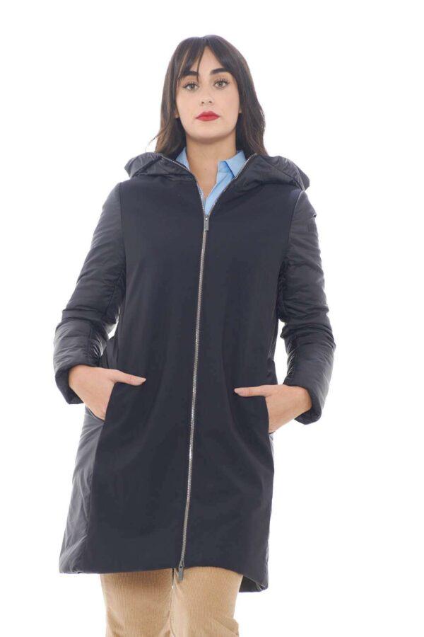 Comodo e glamour il nuovo parka firmato dalla collezione donna RRD. Il modello Winter Hybrid Parka Lady si caratterizza per un look minimal e comodo. Una linea basic elegante e raffinata a renderlo perfetto anche per i look più eleganti.
