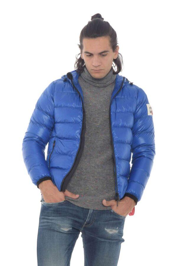 Scopri il nuovo piumino della collezione uomo After Label e le tante nuovissime nuance. La vestibilità regolare si presenta su un morbido tessuto con trapuntatura orizzontale morbido e confortevole. Da indossare anche sulle piste da sci, è un'icona.