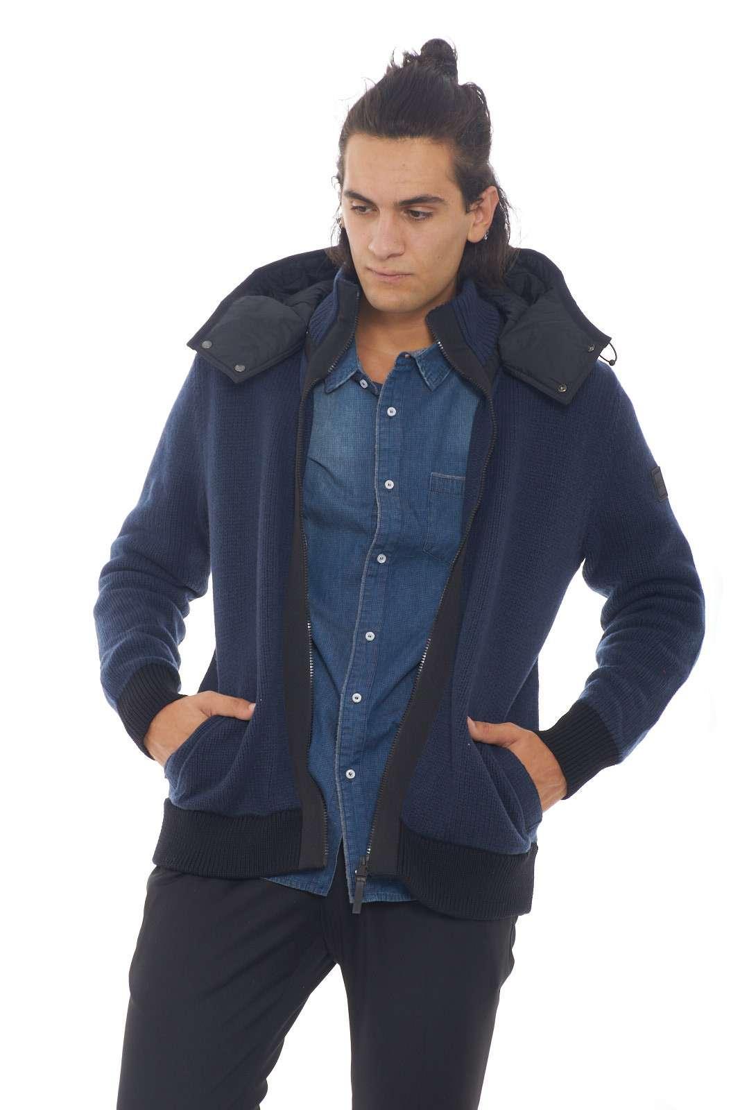 Un giubbino in calda lana vergine, perfetto per combattere il freddo invernale e le intemperie con stile e praticità. Il cappuccio regolabile e removibile, consente di cambiare aspetto al capo in qualsiasi momento, oltre che a un riparo di emergenza contro pioggia e vento. Perfetto per l'uomo che ama outfit versatili. Il modello è alto 1.90m e indossa la taglia XL.