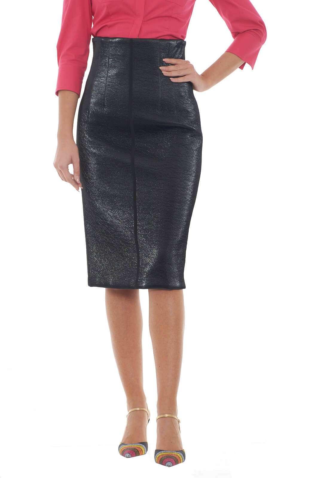 Femminile la gonna longuette firmata da Beatrice, realizzata in un misto di cotone ed ecopelle. Perfetta per outfit decisi e impossibili da non notare. Abbinata ad una blusa, o una camicia, renderà ogni look sensuale e chic.  La modella è alta 1.78m e indossa la taglia 42.