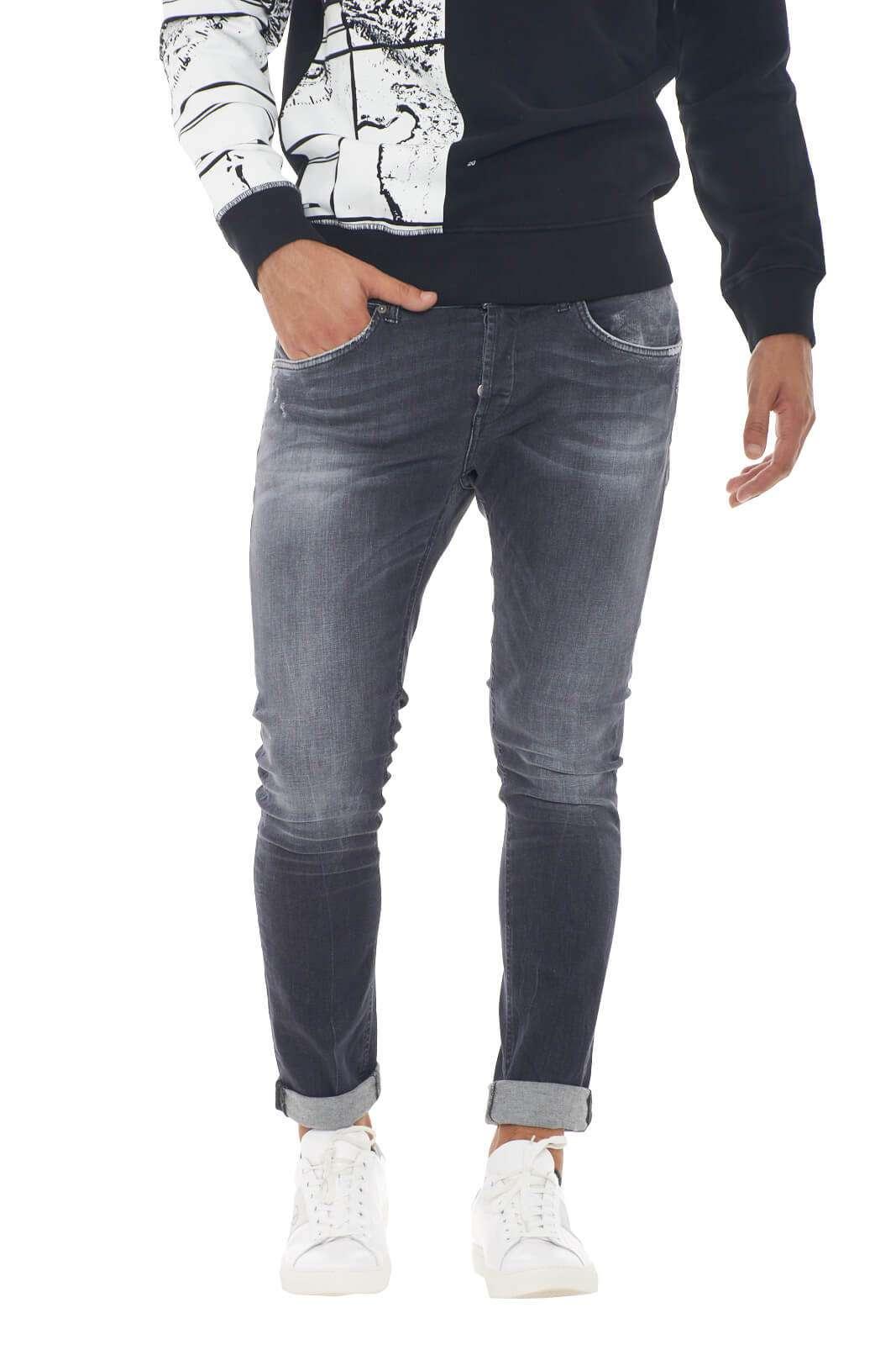 Lasciati conquistare dal nuovo jeans George firmato dalla collezione uomo Dondup.  Il lavaggio used si impone come caratteristica imprescindibile per un look casual chick.  Abbinalo ad ogni stile per rendere questo capo unico.