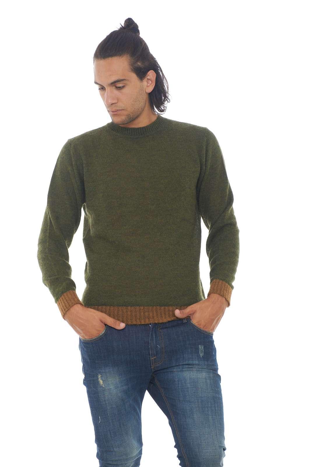 Un maglione caldo e semplice, perfetto per le occasioni meno impegnative, quello proposto da Manuel Ritz. Facile da abbinare a jeans, o p pantaloni, per outfit che non vogliono stupire, ma che risulteranno comunque curati. Il modello è alto 1.90m e indossa la taglia XL.