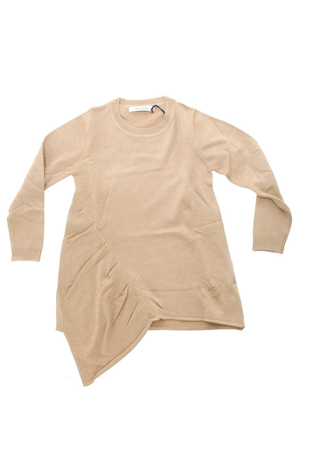 Una maglia fashion e perfetta da indossare anche con i leggings quella proposta dalla moda bambina Gaialuna. La linea semplice è impreziosita dall'inserto laterale asimmetrico con una leggera arricciatura, per rendere il capo unico. Leggermente lunga e dalla vestibilità morbida, è un must have.