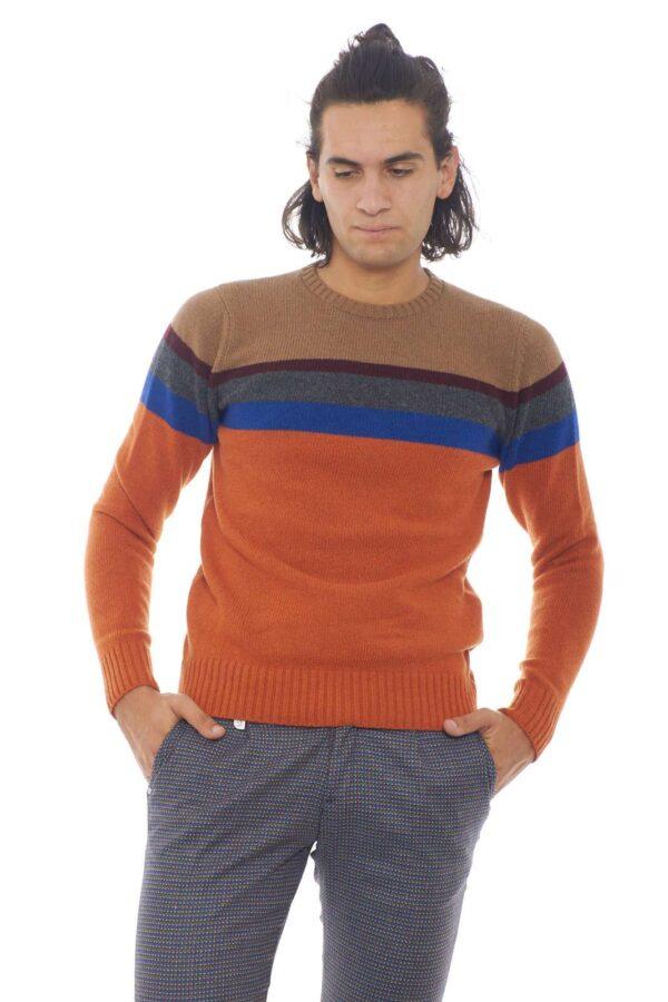 Un caldo e comodo maglione in lana, quello firmato Daniele Alessandrini. Perfetto per outfit invernali, che non rinunciano ai colori. da indossare con jeans o pantaloni, per abbinamenti chic ed eleganti. Il modello è alto 1.90m e indossa la taglia 50.