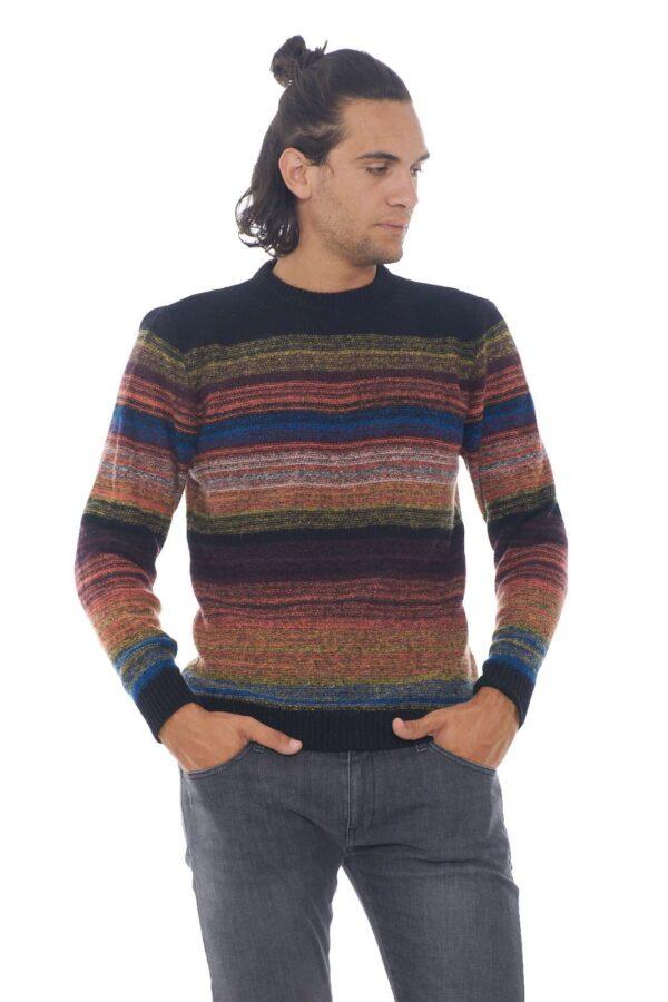 Caldo e comodo, il maglione firmato daniele Alessandrini. Realizzato in lana, per garantire un calore unico anche con il freddo rigido dell'inverno, assicurerà al tuo outfit un look deciso e sempre impeccabile. Il modello è alto 1.90m e indossa la taglia 52.