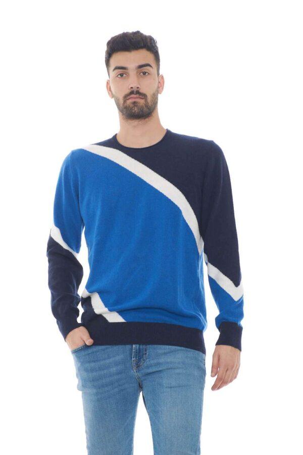 Semplicità e stile, racchiusi in questo maglioncino Daniele Alessandrini. Perfetto per look casual-chic, sempre di tendenza. Da abbinare a dei jeans, o pantaloni, per completare outfit sempre sul pezzo.  Il modello è alto 1.80m e indossa la taglia 48.