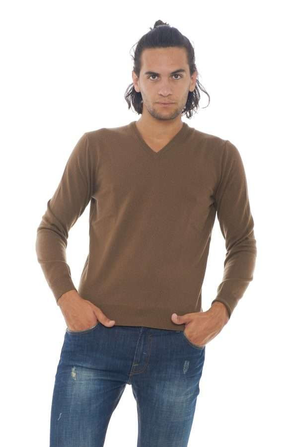 Un maglioncino in un fantastico misto di lana, seta e cashmere, perfetto per l'uomo che ama capi esclusivi, curati fino al minimo dettaglio. Il look casual domina, rendendolo perfetto per il lavoro, e le occasioni più informali. Da indossare solo, o con sotto una t shirt o una camicia, a seconda del look che si sceglie. Il modello è alto 1.90m e indossa la taglia 52.