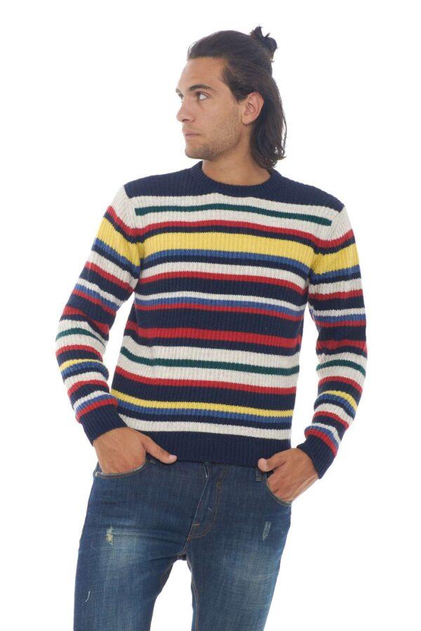 Un maglione dal look curato e vivace, grazie alla fantasia a righe multicolore, che regala movimento al capo. Perfetto per un outfit invernale che non vuole fare a meno dei colori. Caldo e confortevole, ti garantirà uno stile sempre trendy. Il modello è alto 1.90m e indossa la taglia XL.