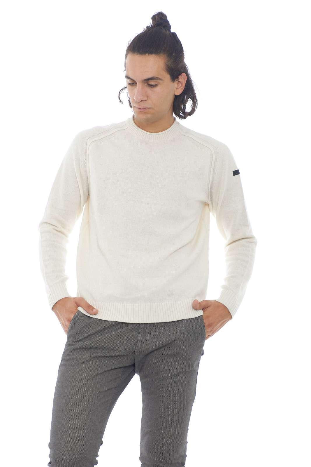 Una maglia che conquisterà un posto all'interno del tuo outfit preferito. Calda e comoda da indossare, si abbinerà facilmente ad ogni look tu voglia, dai jeans, ai pantaloni, per uno stile sempre diverso, ma mai banale. Il modello è alto 1.90m e indossa la taglia 52.
