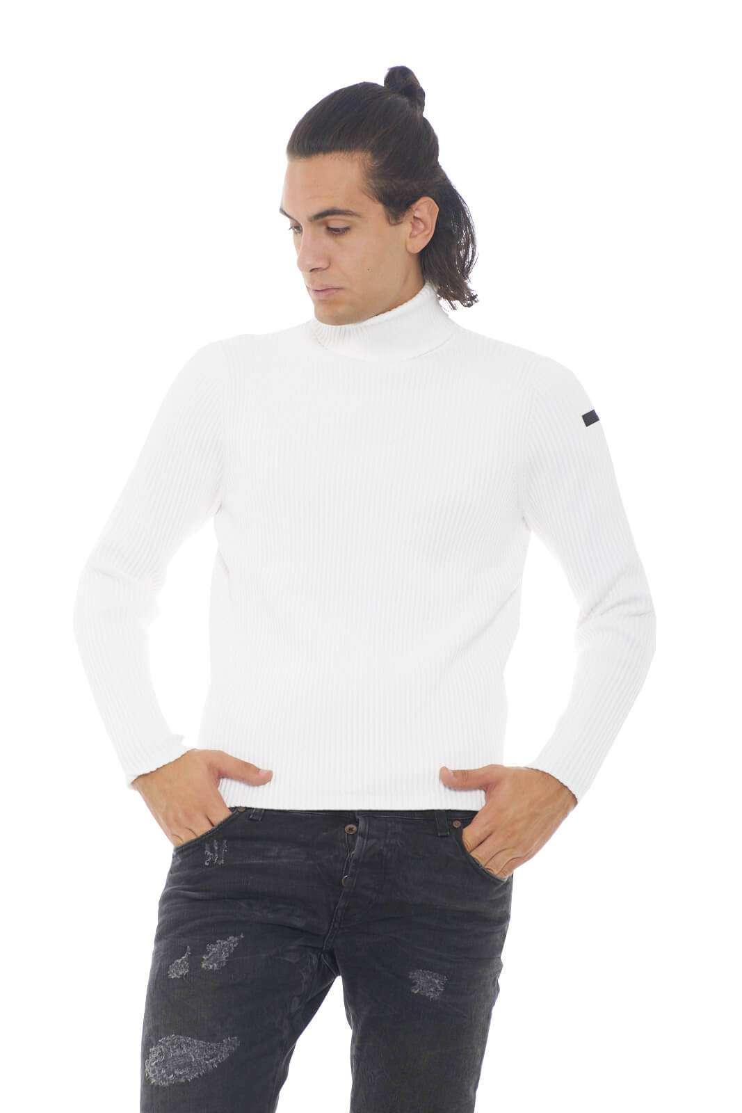 Una maglia in cotone con lavorazione a costa inglese per la nuova collezione uomo RRD. Il collo dolcevita permette di indossarla anche nelle fredde giornate invernali, pur mantenendo tutto il confort del caldo cotone. Perfetta sia con pantaloni dal taglio chino che con un paio di jeans.