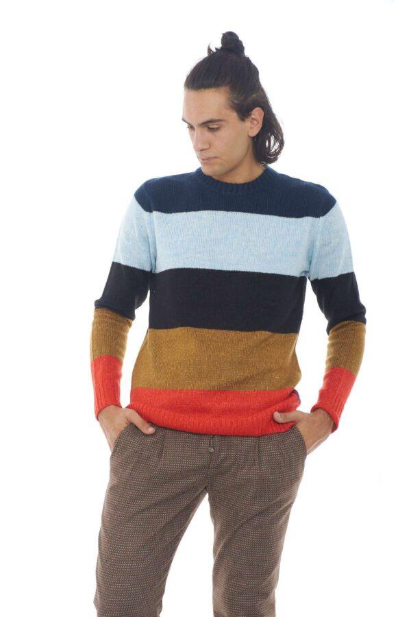 Un maglione colorato, per l'uomo che ama outfit invernali accesi e vivaci. Una garanzia di stile e comfort, da sfruttare, per il lavoro, e la routine quotidiana più informale. Un capo iconico e versatile. Il modello è alto 1.90m e indossa la taglia L.