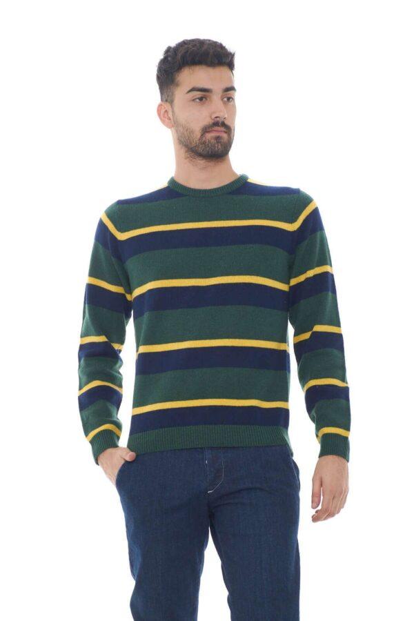 Un maglioncino semplice e colorato, perfetto per look giovanili e spiritosi. Da indossare con un semplice jeans, o un comodo pantalone, per regalarti un outfit sempre al passo con le tendenze.  Il modello è alto 1.80m e indossa la taglia M.