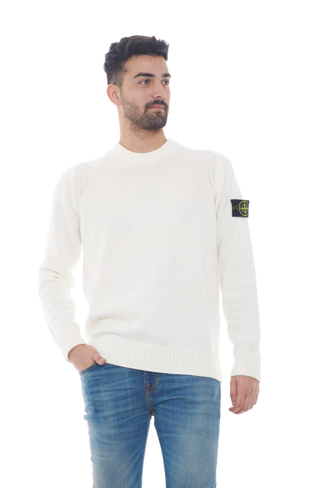 Rendi unico il tuo look con la nuova maglia girocollo Stone Island. La sua linea classica lo rende un capo evergreen e dall'esclusiva raffinatezza. Un brand maschile per eccellenza ideale per outfit sofisticati e chic.