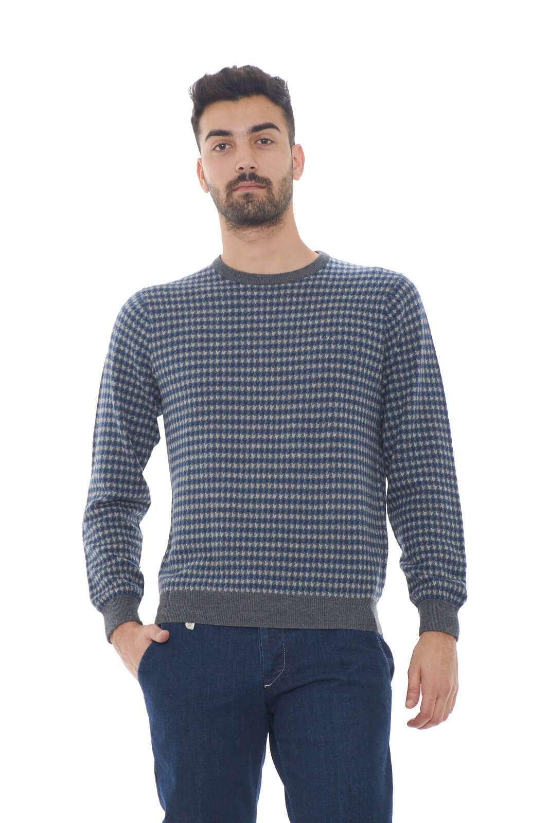 Semplicità e cura per i dettagli, tutto racchiuso in questo caldo e comodo maglioncino in misto lana firmato Sun68. Perfetto per outfit che non vogliono strafare, ma che non rinunciano nemmeno a stile e cura. Per l'uomo che ama uno stile semplice.  Il modello è alto 1.80m e indossa la taglia M.