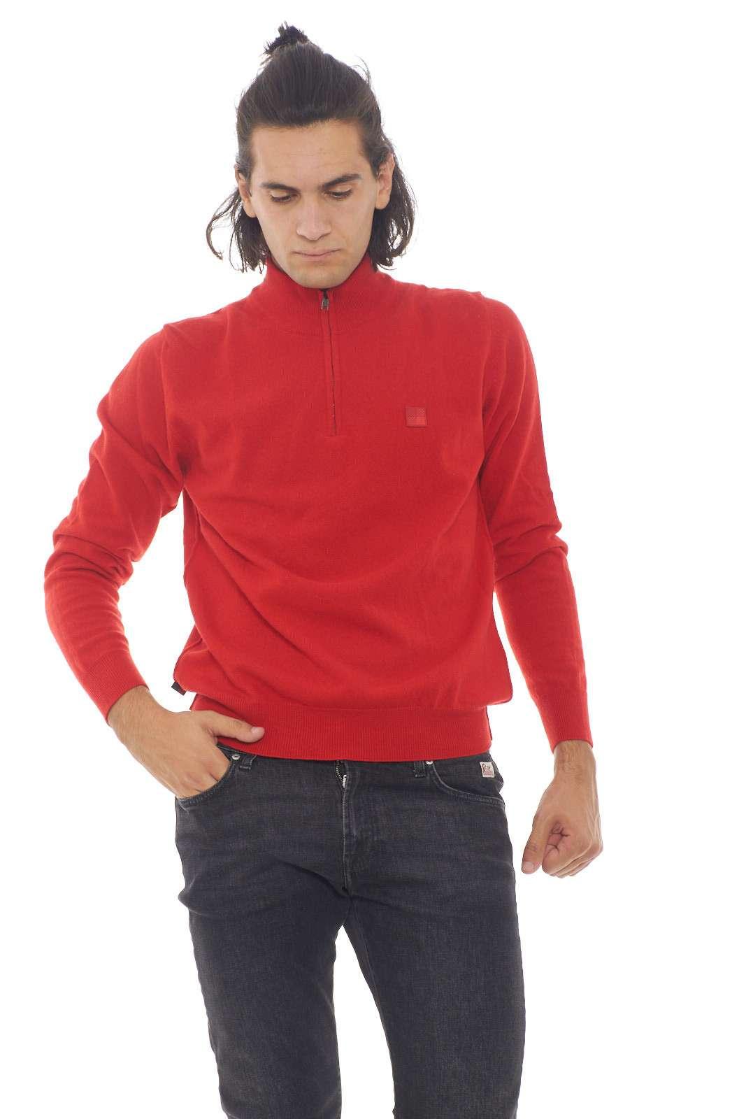 Un maglioncino caldo e versatile, perfetto per le occasioni più informali. Da indossare da solo, o con cotto una camicia, per un tocco di eleganza. Il modello è alto 1.90m e indossa la taglia XL.