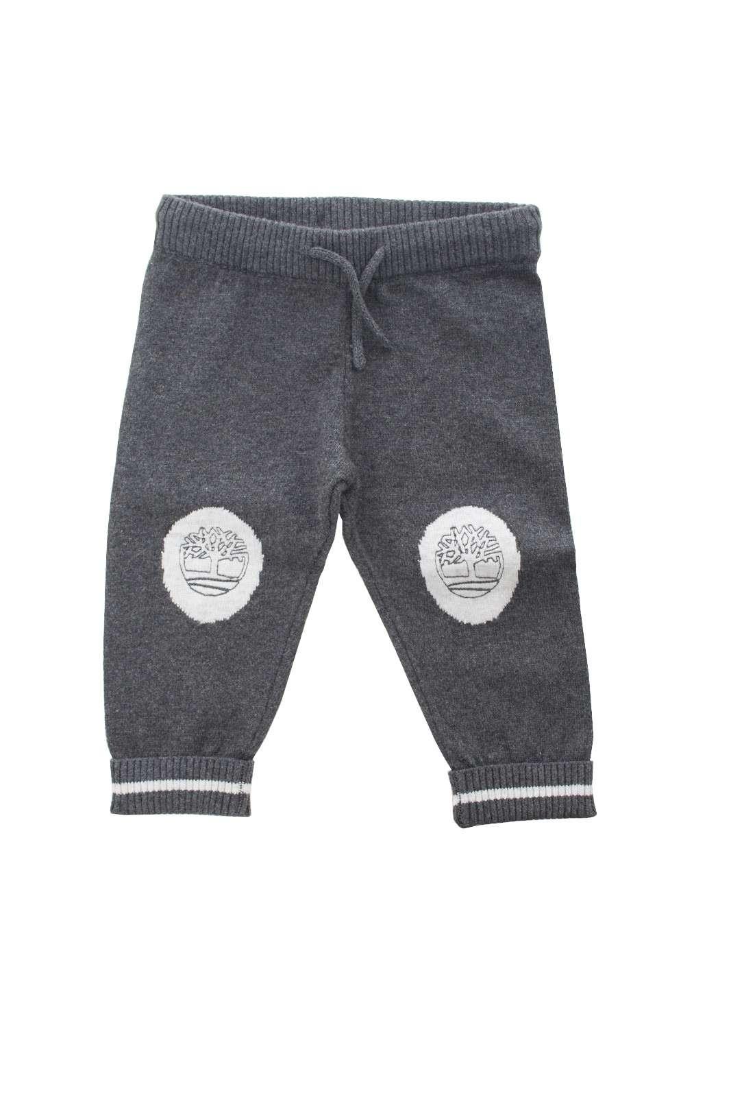Comodo e fashion il pantalone in maglia proposto dalla collezione Timberland junior. Caratterizzati dalle toppe alle ginocchia con logo del brand sono un capo perfetto per ogni occasione. Un evergreen per i più piccoli.