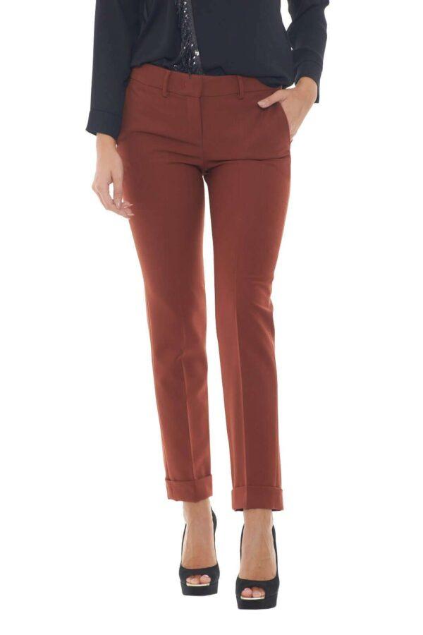 Semplice e curato, questo pantalone tinta unita firmato Hanita. Perfetto per occasioni glamour, eleganti e chic, dalle serate con gli amici, all'ufficio. Possibili poi, tantissimi abbinamenti, da una blusa e una decolletè, per look più formali, alla t shirt e sneakers, per uno stile più casual.  La modella è alta 1.78m e indossa la taglia 42.