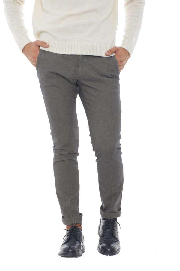 Un pantalone dal look elegante e versatile quello firmato dalla nuova collezione Michael Coal. Da indossare con una camicia o con una maglia, conquista per il suo taglio lungo e per il taglio chino. Un evergreen per l'uomo più esigente.
