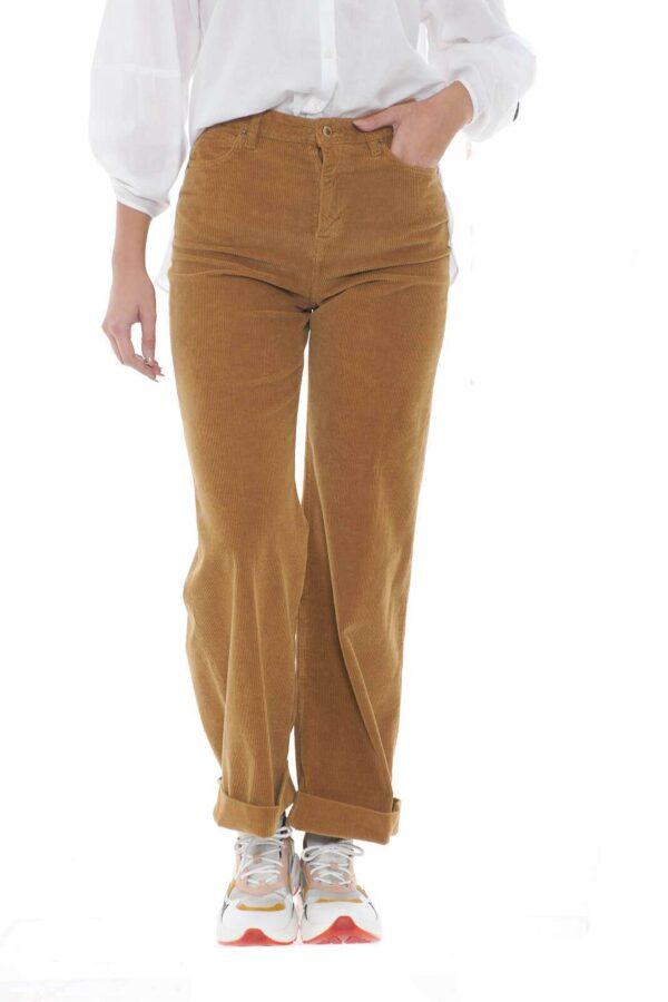 Un pantalone che segue le tendenze del momento, il taglio cropped infatti, renderà il capo un must per ogni look tu voglia. Le costine in velluto, sono il tocco retrò, unico e ricercato, che lo caratterizza, per uno stile sempre sorprendente.  La modella è alta 1.78m e indossa la taglia 28.